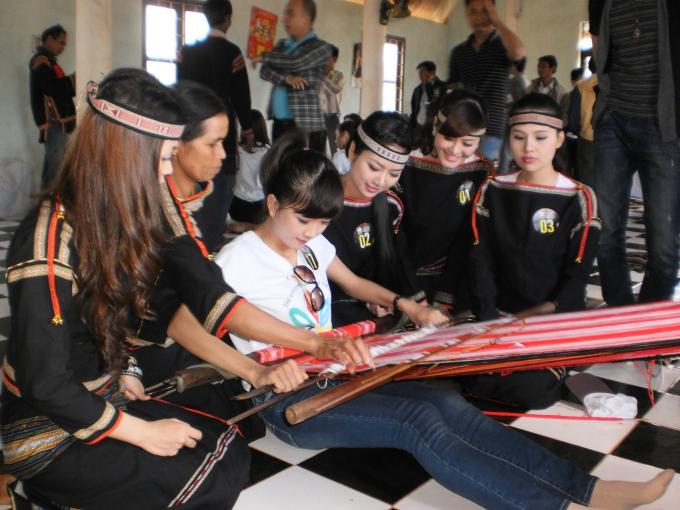Trong khuôn khổ lễ hội sẽ tổ chức Hội thảo Văn hóa thổ cẩm Việt Nam và chương trình biểu diễn thời trang thổ cẩm ứng dụng, lễ hội đường phố…