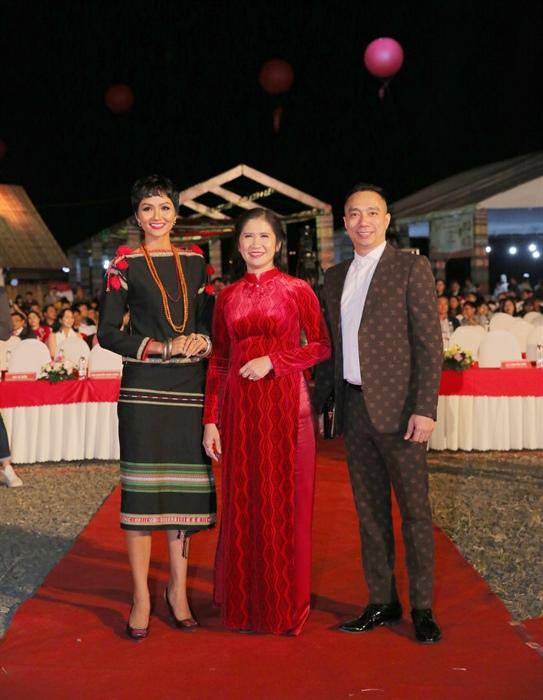 Trưởng BTC lễ hội Tôn Thị Ngọc Hạnh; Chủ tịch CLB Áo dài Việt Nam, NTK Đỗ Trịnh Hoài Nam và Hoa hậu Hoàn vũ Việt Nam H'Hen Niê
