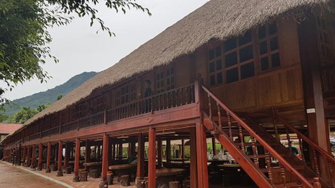 30 nhà sàn đều có mái nhà lợp bằng cỏ tranh, hài hòa giữa thiên nhiên với đất trời.