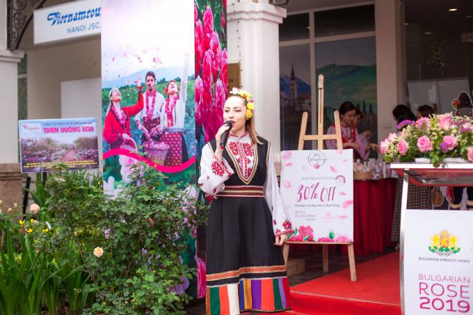 Cô gái người Bulgaria hát và mọi người cùng nhảy điệu nhảy Khô-rô