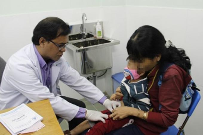 Bác sĩ thăm khám cho một bé trai bị chứng vùi dương vật