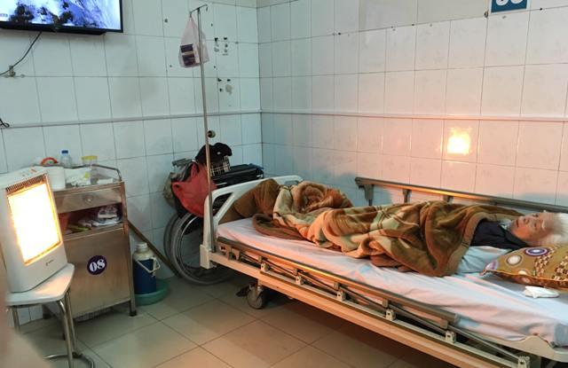 Khoa Nội tim mạch – Lão học, Bệnh viện đa khoa Hà Đông trang bị đèn sưởi làm ấm cho bệnh nhân cao tuổi điều trị.