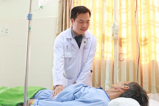 BS.CKI Phạm Hữu Dũng thăm khám cho bệnh nhân B. sau đi đặt stent. Ảnh: PHƯƠNG CHI