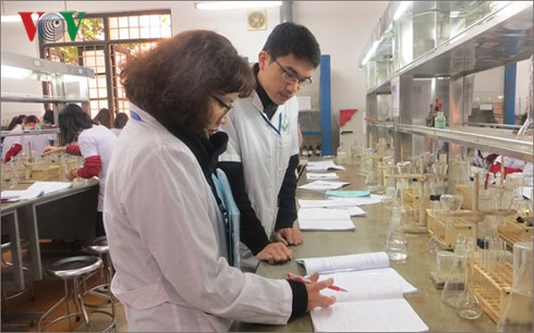 Nhà khoa học trẻ Trần Phương Thảo hướng dẫn sinh viên thực hành trong phòng thí nghiệm