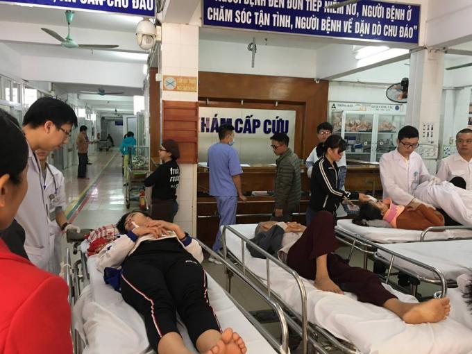 Không ngừng các ca cấp cứu nhập viện ngày Tết khiến các bác sĩ chóng mặt (Ảnh cấp cứu tại Bệnh viện Việt Đức)