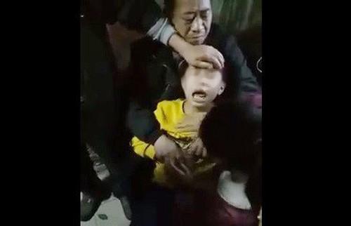 Hình ảnh cháu bé được cho là phát dại với những tiếng kêu như chó sủa (ảnh cắt từ clip)
