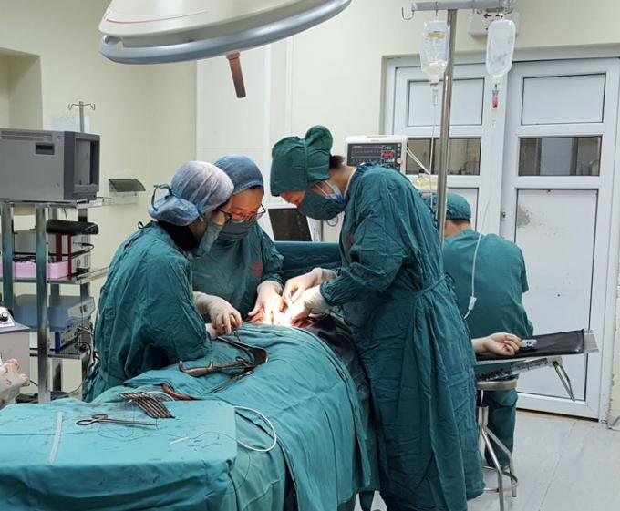 Bác sĩ tiến hàn cấp cứu, mổ tử cung cho sản phụ bị rau tiền đạo trung tâm