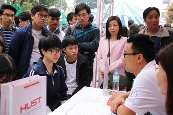 150 gian tư vấn của khoảng 80 trường ĐH, CĐ, trường nghề... sẵn sàng cung cấp thông tin cho các em. Ảnh: Nguyễn Thảo