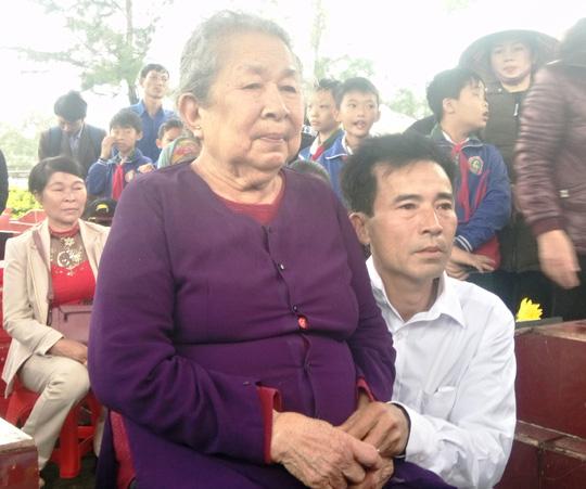Mẹ Hồ Thị Đức (mẹ liệt sĩ Trần Văn Phương) cùng nhiều thân nhân các anh hùng liệt sĩ Gạc Ma cùng về dự lễ tri ân.