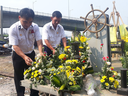 Những bó hoa được các anh sửa sang nhằm tưởng nhớ những người đồng đội đã hy sinh