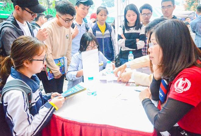 Học sinh tìm đến gian hàng tư vấn tuyển sinh của trường ĐH Bách khoa Hà Nội. Ảnh Ngô Chuyên.