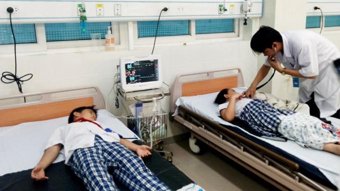 Sau khi uống trà sữa, 19 học sinh phải nhập viện cấp cứu. Ảnh VTC News