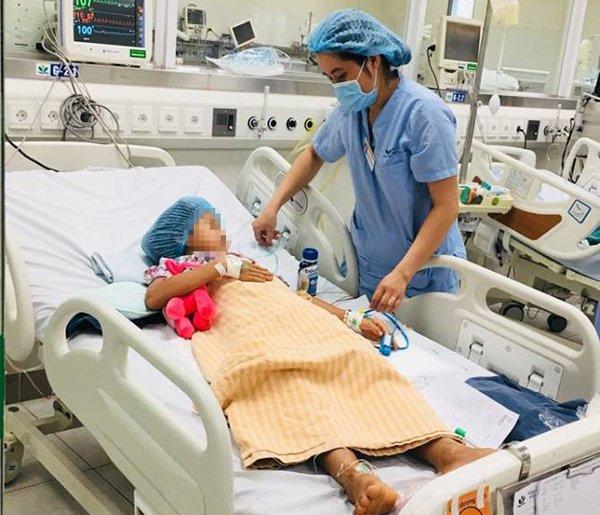 Bé M đang được điều trị tại khoa Hồi sức tích cực, BV Nhi TƯ
