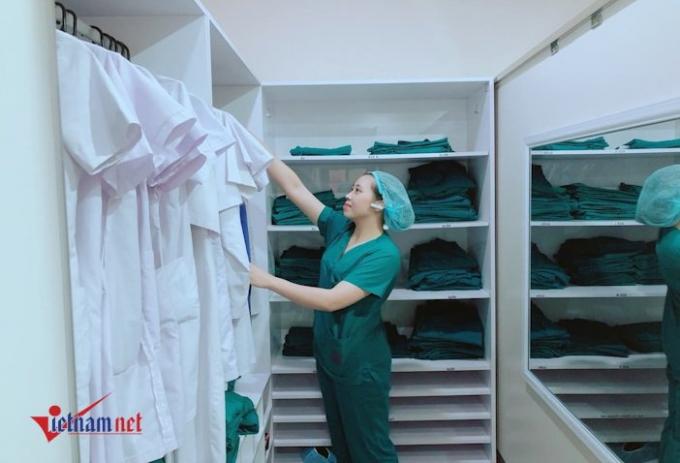 BS Đồng Thu Trang thay trang phục vô trùng trước khi vào phòng mổ.