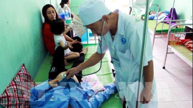 Một bệnh nhân đang được bác sỹ Bệnh viện Đa khoa Đông Hưng thăm khám nghi ngộ độc thực phẩm sau khi ăn tiết canh lợn rừng (Ảnh: TTXVN)