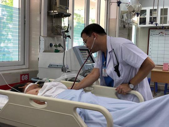 Người đàn ông trung niên nhập viện nghi do nắng nóng. Ảnh: Người lao động