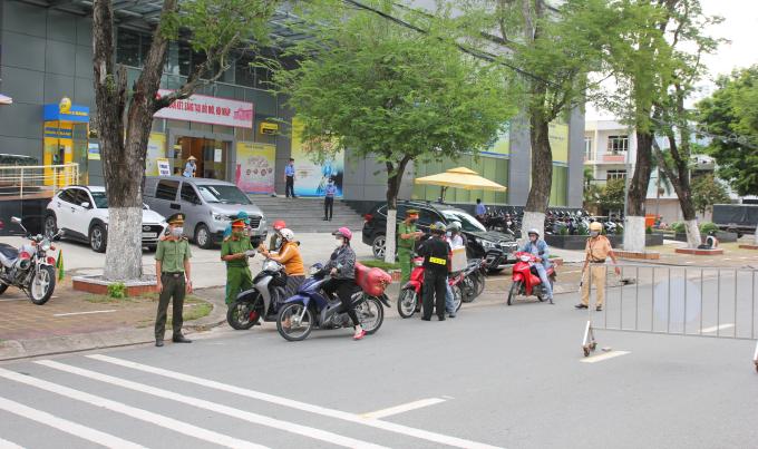 Lực lượng Công an khi thì căng mình bám chốt dưới cái nắng cháy da…ảnh Trọng Nguyễn