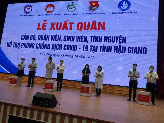 Ông Nguyễn Trung Nhân (thứ 4 từ trái sang), Chủ tịch Uỷ ban MTTQVN thành phố Cần Thơ tặng quà cho cán bộ, sinh viên Trường ĐHYD Cần Thơ.