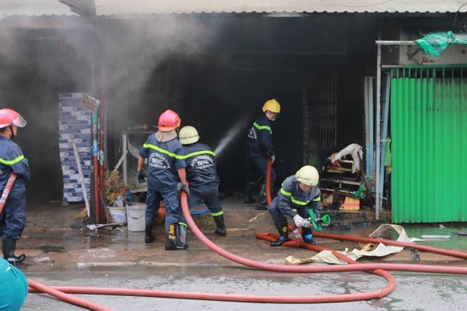 Lực lượng PCCC tích cực dập lửa