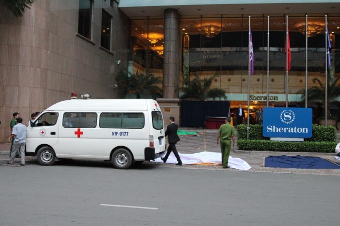 Nam công nhân rơi từ tầng cao khách sạn xuống đất tử vong.