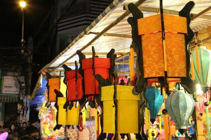 Nhiều loại lồng đèn với đầy đủ các chất liệu, kiểu dáng, màu sắc biến phố lồng đèn trở nên rực rỡ sắc màu về đêm.
