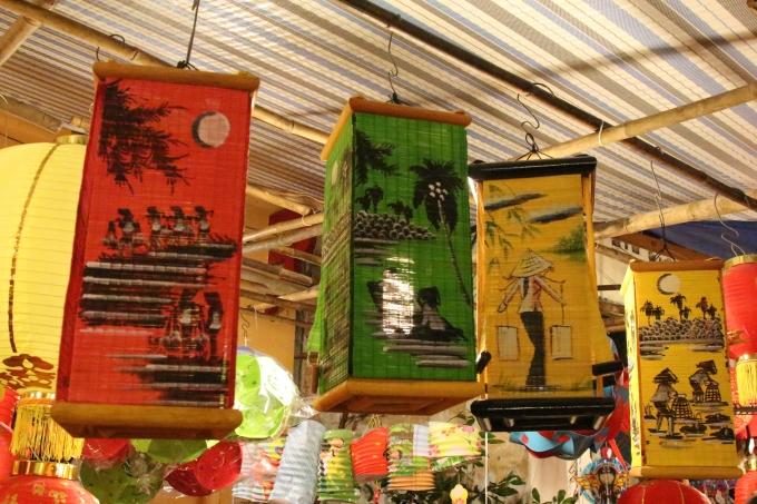 Những chiếc lồng đèn có in chi tiết con người và quê hương Việt Nam. Những chi tiết thôn quê, giản dị nhưng rất cuốn hút bởi chất mộc mạc của nó.