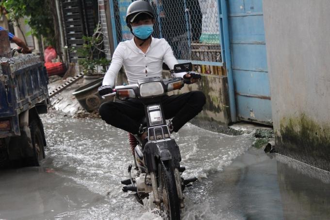 Đi xe máy qua các vũng nước thì chân phải.... gác thật cao.