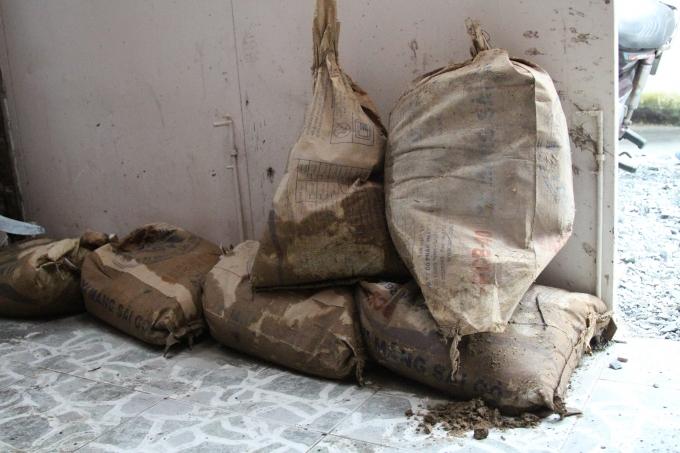 Bao cát được người dân phòng bị sẵn trong nhà để chắn nước, đề phóng lúc mưa lớn, nước tràn vào nhà.