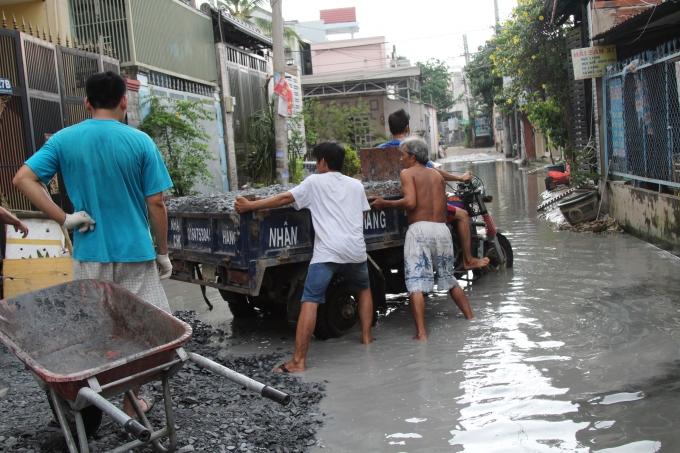 Đá dăm được người dân góp tiền vào mua, sau đó tự bỏ công sức ra để nâng cao các con đường hẻm.