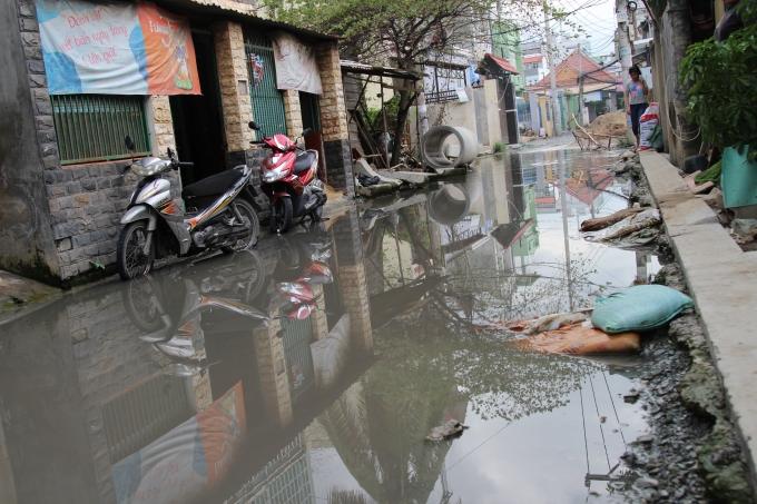 Người dân sinh sống tại đây cho biết, nhiều tháng nay khu vực này luôn trong tình trạng ngập lụt do thi công nâng đường.