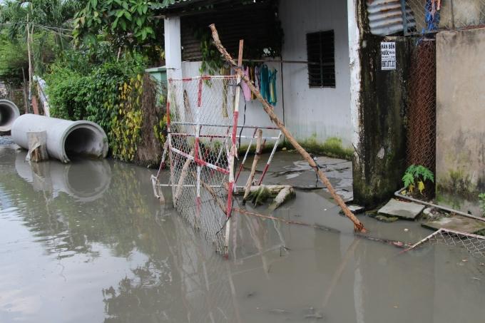 Nhiều rào chắn, ống cống nằm ngổn ngang, Mặc đường đoạn thì sinh lầy, đoạn thì ngập nước khiến cho việc đi lại của người dân vô cùng khó khăn.