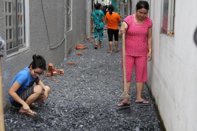 Những người phụ nữ cũng chung tay để nâng cao con đường hẻm. Người dân cho biết, trong đợt mưa lớn vào ngày 26/9 vừa qua, nhà họ bị ngập sâu tới đầu gối.