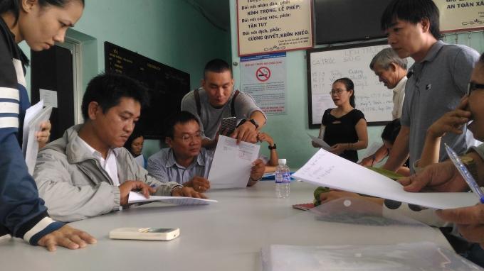 """Các nạn nhân đi khiếu nại vì """"sập bẫy"""" dự án chung cư Gia Phú. (Ảnh chụp tại trụ sở PC46- Công an TP HCM)"""