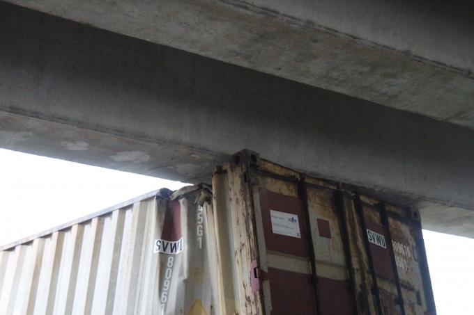 Thùng container bị móp méo.