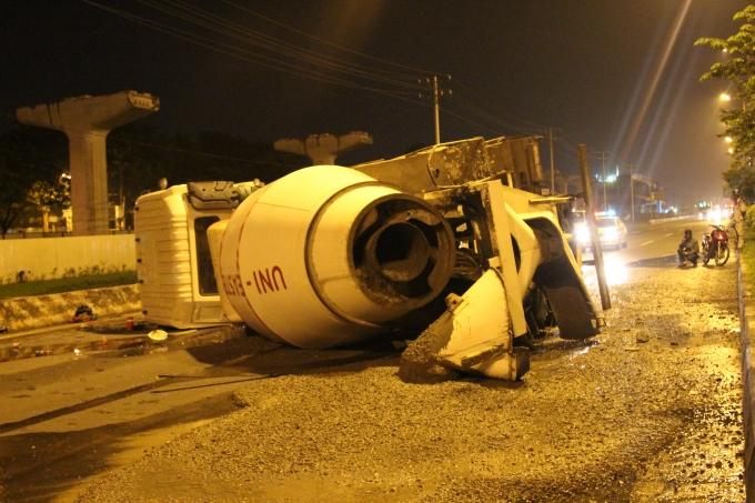 Bê tông đổ tràn ra đường.