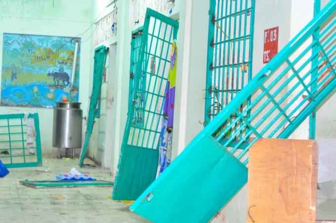 Trung tâm cai nghiện tỉnh Đồng Nai bị các học viên đập phá tan hoang.