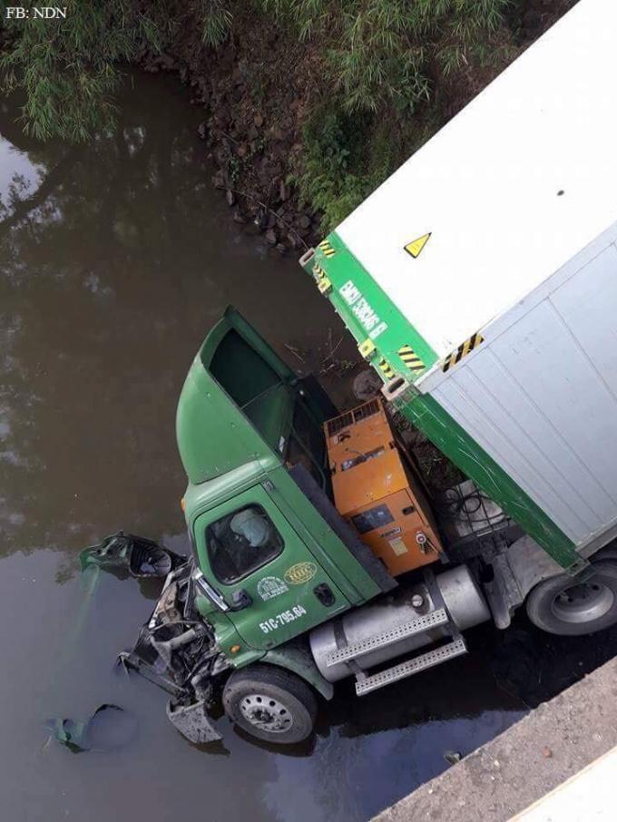 Một phần đầu kéo nằm dưới sông. (ảnh: Facebook Người Đồng Nai)