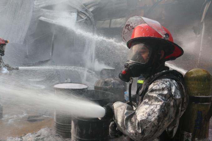 Cảnh Sát PCCC phải đeo mặt nạ chống độc để tiếp cận hiện trường.