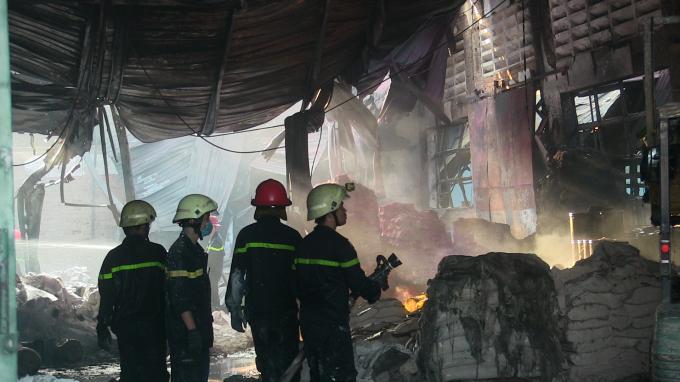 Vụ cháy thiêu rụi gần 400 mét vuông nhà xưởng.