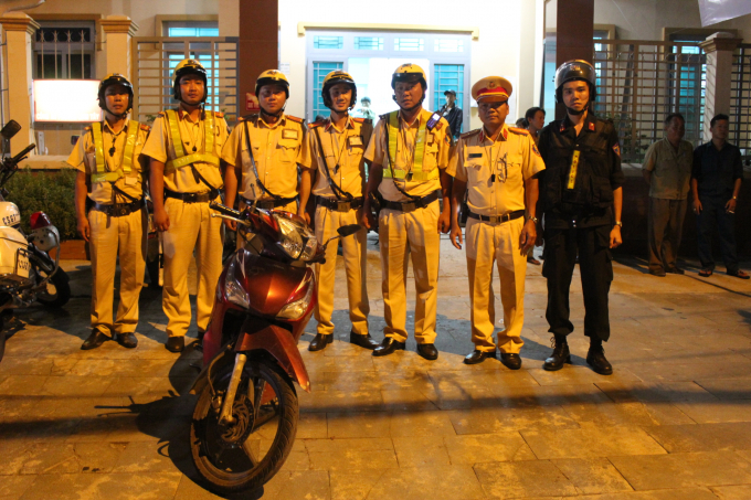 Tổ CSGT cùng chiếc xe máy của nạn nhân.