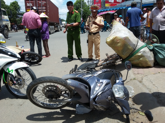 Chiếc xe máy chạy ngược chiều và chiếc xe đạp tại hiện trường.