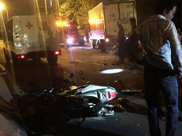 Chạy ngược chiều, hai nam công nhân bị xe tải tông chết.