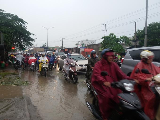 Dòng người chen chúc nhau dưới cơn mưa.