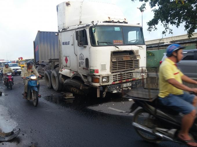 Chiếc container tông vào dải phân cách do tài xế buồn ngủ.