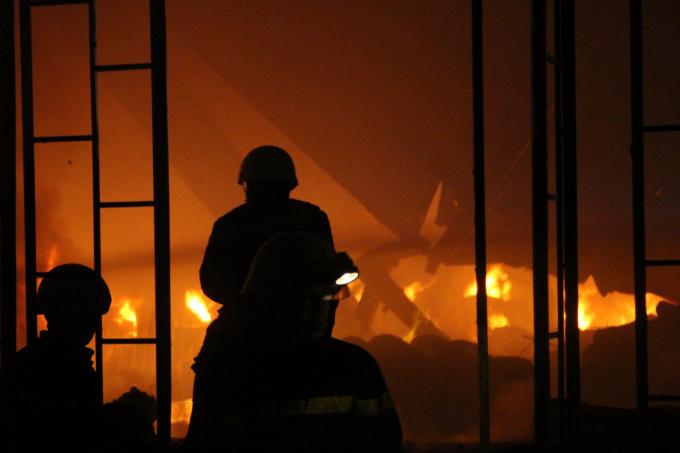 Ngọn lửa cháy ngùn ngụt trong đêm.