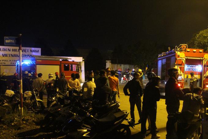 Rất đông cán bộ chiến sĩ và xe chữa cháy các quận, huyện có mặt tiến hành dập lửa.