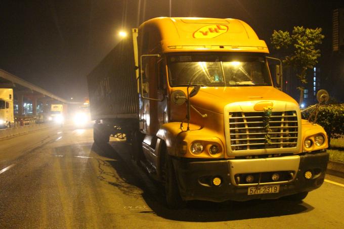 Chiếc container đang lưu thông thì bị xe container khác húc văng 20m.