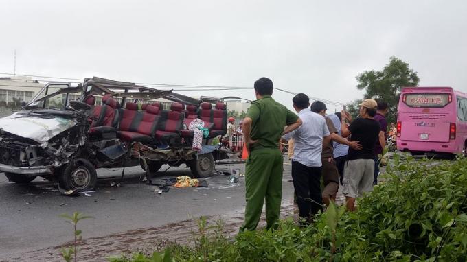 Nguyên nhân ban đầu được xác định do chiếc xe khách 16 chỗ chạy lấn làn.