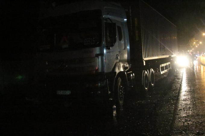 Chiếc xe container dừng cách hiện trường hơn 100m.