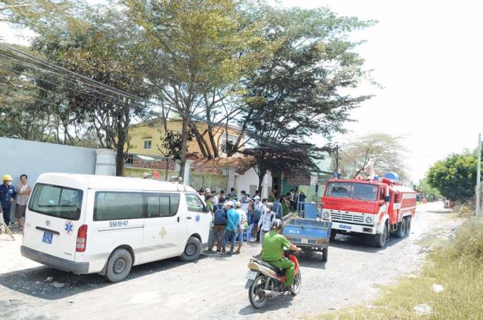 Xe cứu hỏa và xe cứu thương có mặt tại hiện trường.